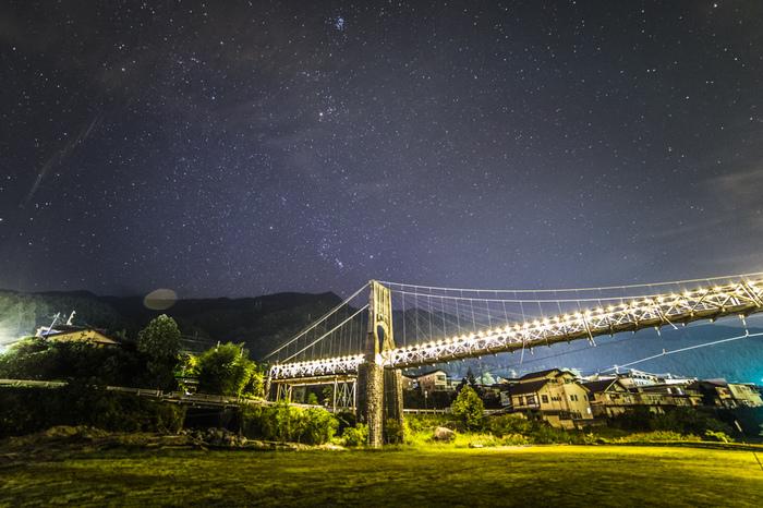 空気が澄んだ南木曽村では、夜になると空には無数の星々が煌めきます。ライトアップの光を浴びて闇夜に浮かび上がる桃介橋と満点の星空が織りなし、絵葉書のような素晴らしい夜景が広がります。