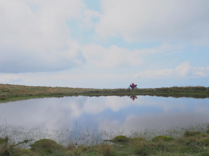 天空ヶ池は、大鹿村にある黒川牧場内にある池です。標高2000メートルの高地にある静かな水面が、鏡のように空を映し出す様は幻想的で、大自然の畏怖さえも感じます。