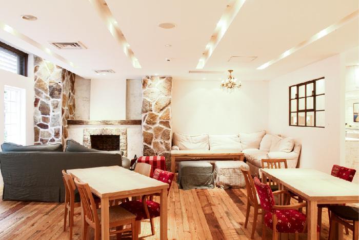木を基調とした南国ムード漂う店内には、オシャレなダイニング席と、ゆったりくつろげるソファ席があります。外国人のお客さんも多く、ちょっとした海外旅行の雰囲気が味わえます。