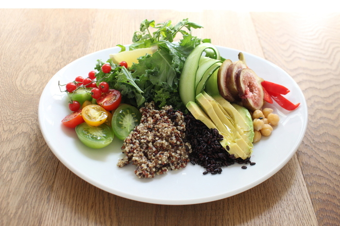 「心にも身体にもパワーをチャージできるフード」がテーマのお食事は、体に優しいものばかり。キヌアが添えられたパワーサラダは、たっぷりの野菜とフルーツが乗って、1皿で美しくなれそうです。