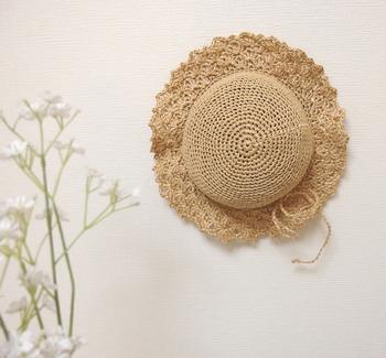 ツバの部分のフリルのようなデザインが他にはない雰囲気で素敵ですね。すっぽり被れる大きさに作って夏の強い日差しから、お子さまを守りましょう!