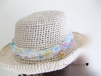 夏らしいデザインのシルクシフォンリボンとマリンチャームがガーリーな爽やかな麦わら帽子です。