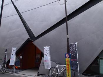 近代的な建物の中で昭和の良作を上映する映画館。