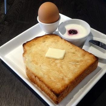 おすすめは、スーパーモーニングセット。平日はパンとゆで卵とヨーグルトとコーヒーor紅茶がついて530円とリーズナブル。オープンの7:00から8:30までの間はさらに「早起きは3文の得」ということで、500円で食べられちゃいます。カリっと焼き上げられた食パンは、外はサクサク、中はもちもち。ホットコーヒーor紅茶はおかわり自由なので、1日の予定をゆったり立てられそうです。