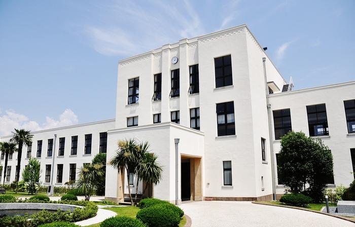 1937年(昭和12年)設立の豊郷小学校の校舎は、白亜の外観も美しい洋風建築です。歴史ある建造物として、有形文化財にも指定されている貴重な建物は、観光の名所として無料公開されています。近年ではアニメの舞台になったり、ドラマや映画のロケ地になるなど、そのノスタルジックなロケーションは各方面から注目されているんです。