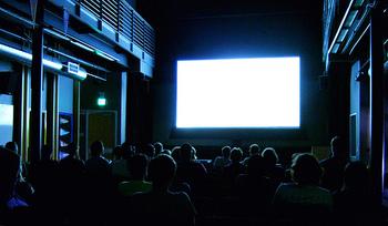 お気に入りの映画館で過ごす特別な時間。 映画館離れが叫ばれるようになった昨今、映画館だけでなく、DVD、オンデマンドなど多くの映画を視聴する手段を人々は持つようになりました。 ミニシアターは、言わば映画のコンシェルジュ。自分で気になる作品をDVDで見るのもいいですが、まだ知らない作品や興味をもつであろう作品、そういった映画をそっと差し出してくれる場所です。気になるミニシアターがあれば一度足を運んでみてください。気が合う友人のように、次はどんな話がいい?とスクリーンと語り合う日も近いかもしれません。