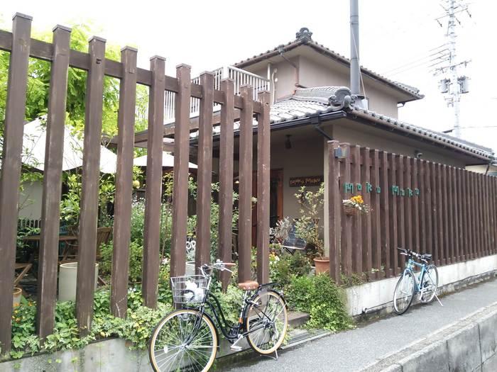 ウッディな外観も可愛いカフェ「モクモク」は彦根市内にあります。いつでもいっぱいの花たちがお客様をお出迎え♪