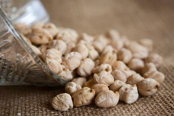 """インドカレーなどの""""豆カレー""""に使われているのが「ひよこ豆」。 ひよこ豆には食物繊維だけでなく、カルシウムやマグネシウムがたっぷり含まれています。他にもイソフラボンや鉄分といった女性に嬉しい栄養素もたくさん含まれているんですよ。"""