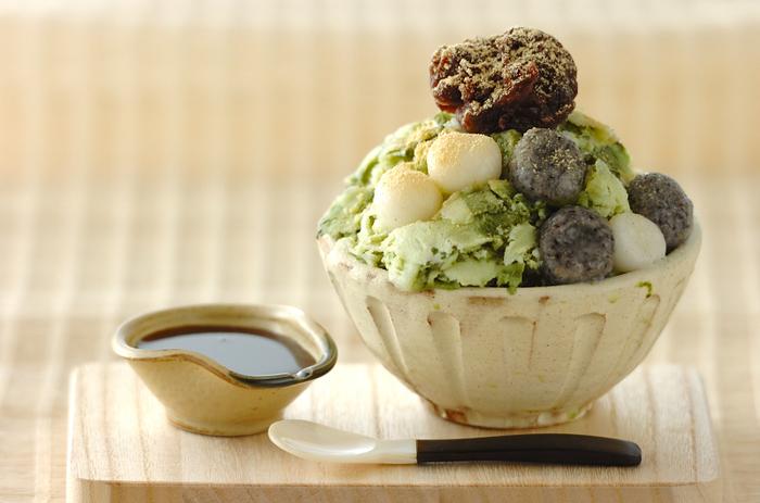 ボリューム満点抹茶のかき氷。基本の牛乳氷に抹茶を加えて和のテイストが楽しみましょう。シロップはもちろん黒蜜で♪