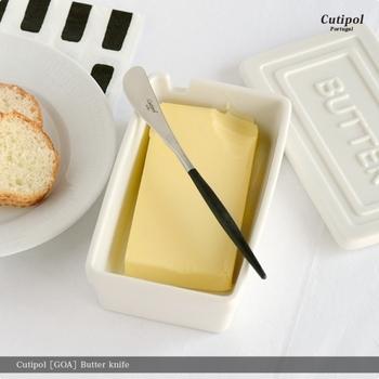 刃の部分がななめになったバターナイフは、バターをすくいとり、塗りやすい形になっているんです♪柄の長さも手のひらになじむ長さなのが嬉しい。
