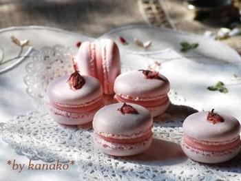 桜を練りこんだ生地で焼き上げたマカロン。ホワイトチョコレートと苺ゼリーも加わって、豪華で可愛い一粒に。プレゼントにも喜ばれそうですね。
