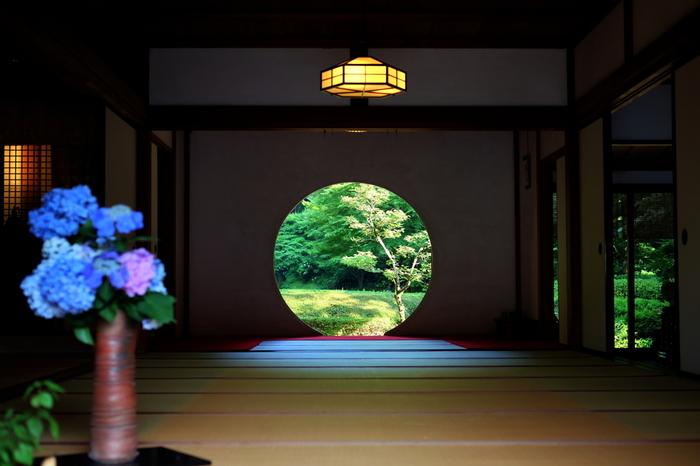 「悟りの窓」と呼ばれる方丈内の円窓も、明月院の見どころの一つ。円形で抽象的に悟りや真理などを表現しているそうです。季節を切り取った美しさは、見る人の心を洗い清めてくれますね。円窓から見える庭園は通常非公開ですが、6月は特別公開され、3000本のハナショウブも楽しむことができます。紅葉の時期のも特別公開されるそうです。