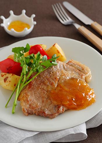 定番のジャムもさまざまなお料理にも活用できます。マーマレードとしょうゆはとても相性がよく、肉料理にぴったりのソースに。フルーティーな甘さは、お肉のおいしさをより引き立ててくれます。