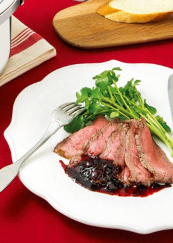 ブルーベリージャムやバルサミコ酢を合わせた特製ソースを、ローストビーフに添えます。ジューシーなお肉が、より贅沢な味わいに。見た目の華やかで、パーティーメニューにもおすすめです。