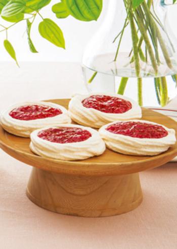 パブロバは、ニュージーランドの伝統菓子で、焼き上げたメレンゲ生地にフルーツなどを飾ります。このレシピでは、たっぷりのラズベリージャムをのせて。サクサクと軽い食感が楽しいスイーツです。