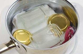 ジャムを詰める瓶は、煮沸消毒が必須。ふきんを敷いた鍋で5分ほど煮沸し、トングなどで取り出し、ケーキクーラーなど網状のものの上で乾かします。そして、熱いうちにジャムを入れてフタをしたら、逆さにして冷やします。