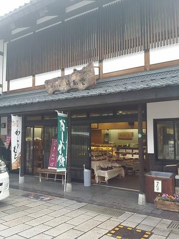 七軒通りにある「伊藤順和堂 本店」は芋きんつばで有名なお店。歩きつかれたら、風情ある和菓子屋さんで、甘いものでもいかがですか。