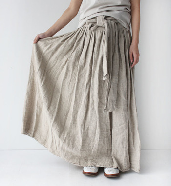 歩くたびに揺れて涼しさを感じる「マキシ丈のスカートやワンピース」。まずは、普段から着慣れている、ベーシックカラーで挑戦してみましょう。
