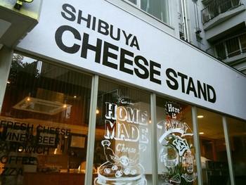 ヒカリエや渋谷キャストなど、どんどんと新しく大人っぽく変化していく渋谷に、大人女子が喜ぶチーズ専門店があります。「街に出来たてのチーズを」をコンセプトに、これまでちょっぴり遠い存在だった良質のフレッシュチーズを日常的に手軽に食べられる「渋谷チーズスタンド」です。