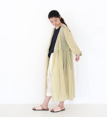 カシュクールワンピのヒモを結ばずサッと羽織るだけで、今夏らしい着こなしになります。このワンピースは自然植物を染料にし、良質な地下水を使って染め上げる京都の伝統技術を使ったもの。このベージュはザクロで染めた色だそう。