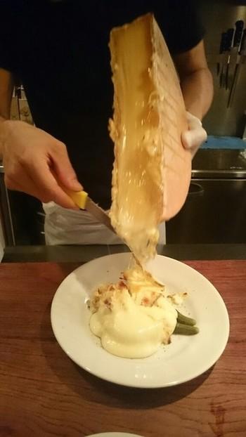 目の前で溶けたチーズをたっぷりとかけてくれるラクレット。写真だけでも「美味しそう!」とため息がもれてしまいます。