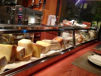 カウンターの目の前には所狭しと並べられた様々な種類のチーズたち!見ているだけで食欲が沸いてきます。