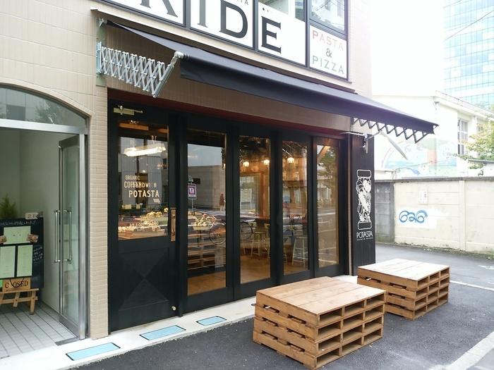 北参道駅と明治神宮前駅のちょうど中ごろ、明治通り沿いにあるスタイリッシュなサンドイッチ専門店です。代々木上原で大人気のお店の2号店としてオープンしました。