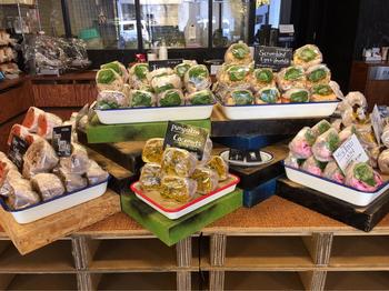 店内には、目移りする程に色鮮やかなサンドイッチたちが並びます。イートインは、カウンター席が5つ。外にも少し座れるスペースがありますが、代々木公園や新宿御苑、神宮外苑など、緑が多い場所で食べるために購入するのもおすすめです。