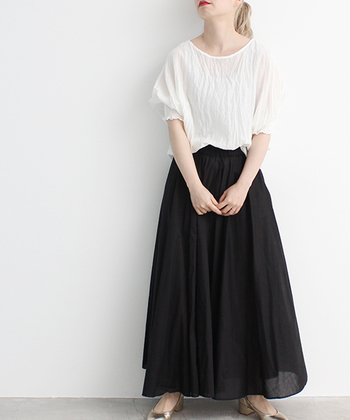 黒やネイビーでも軽い素材を選べば、暑苦しくなく涼やかに見えますよ。このスカートは着心地のいいコットン100%。シワ感のある柔らかな生地で、キレイなAラインが魅力です。