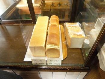 食パンは白くふんわりと焼けた生地が美味しそう。しっとりとした質感ががスライスされた様子から伝わってきます。