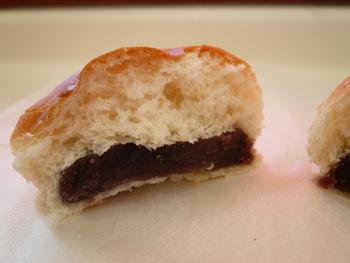 あんパンは粒あんとこしあんと二種類。お好みのあんこを選んで。