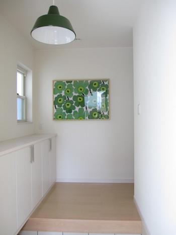 アートとランプを緑に統一して、すっきりとまとめた引き算のディスプレイ。