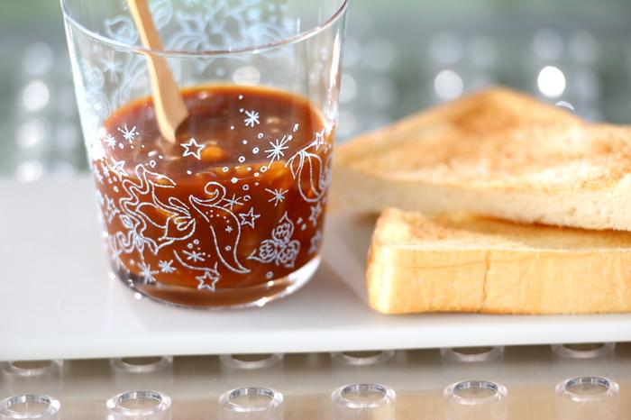 グラニュー糖を煮詰めて、キャラメルジャムに。たまには、こういう甘いジャムもほっと癒されますね。疲れも忘れそうです。アイスクリームやクラッカーに添えるのもいいですね。