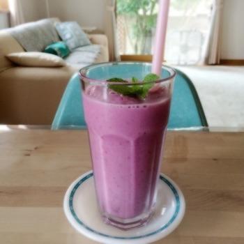 ヨーグルトとブルーベリージャムの爽やかスムージー。元気に夏を乗り切るための、栄養いっぱいの1杯です。もちろん、ジャムはお好みのものでOK。鮮やかな色合いも、朝の目覚めにぴったり。