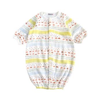 """生まれたての赤ちゃんに優しい、綿をできる限りあまく織り上げた""""ふわガーゼ""""を使用しているベビードレス。足元はドレスにもなり、ボタンの留め方を変えれば、ショートオールにもなり、足がバタバタするようになっても2WAYで楽しめます。"""