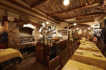 恵比寿駅から徒歩3分にあるイタリアンレストラン。パルメザンチーズの器が大迫力のリゾットや、グリル窯で焼く炭焼き料理が人気のお店です。