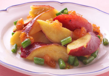 ジャムをベースにした甘めのドレッシングで和えたサラダ。さつまいもは、甘めの味付けもよく合いますね。彩りもとてもきれいでテーブルが明るくなります。このレシピではあんずジャムを使っていますが、マーマレードなどでもよさそうですね。