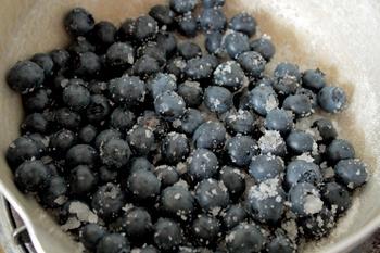 自家製ジャムの材料や作り方はとてもシンプル。ジャムにするフルーツや野菜のほか、砂糖、レモン汁などをいっしょに煮詰めていくだけです。砂糖は、はちみつでもOK!簡単ですので、ぜひ作ってみましょう。