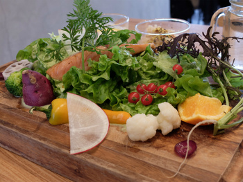 思わず見とれてしまうほど彩り鮮やかなサラダも人気。様々な種類の野菜が、まるでオードブルのよう。野菜だけでお腹いっぱいになりそうなボリュームも魅力です。