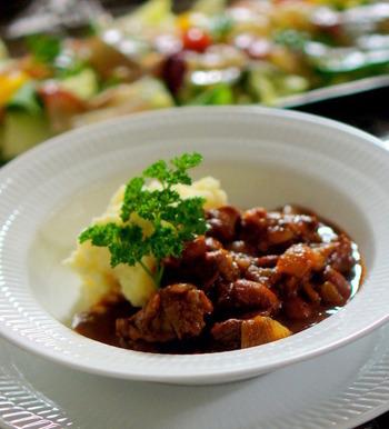 煮豆の印象が強い「金時豆」ですが、牛肉と煮込めば一気におもてなし料理に大変身♪そのまま食べても良いですし、バゲットを添えるのもおすすめです。