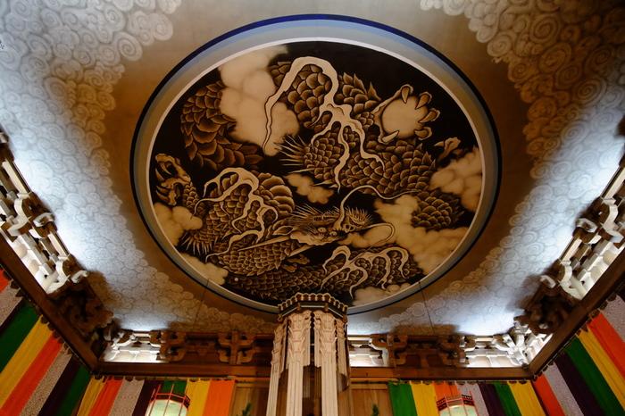 重要文化財に指定されている1814年の建立された「法堂」の天井にある雲龍図は、見ごたえがあり名所となっています。 作家の道尾秀介さんが直木賞受賞作「月と蟹」を書くに当たって、建長寺のこの龍の絵からインスピレーションを得たそうです。