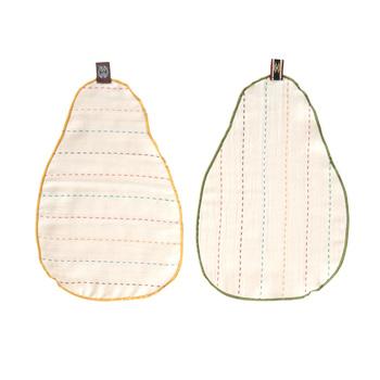 洋梨の形がとっても可愛い汗取りパッド!お肌に優しく、吸水性の良い3重ガーゼで、赤ちゃんの背中と肌着の間にセットをすれば、パットが汗を吸いとってくれますよ。