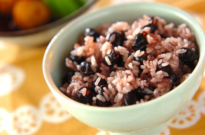 お米と一緒に炊きあげた「黒豆」は煮豆とはまた違った食感に。桜色に色づいたご飯もとても綺麗です。