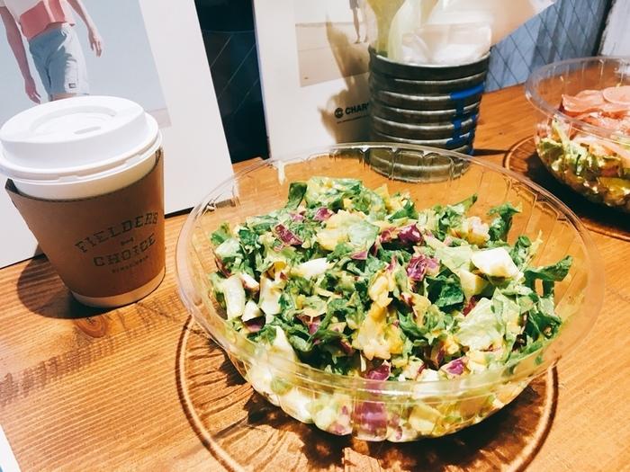 大きめのボウル容器に入ったサラダはボリューム満点!細かくカットされているのでスプーンで気軽に食べられるのもうれしい。