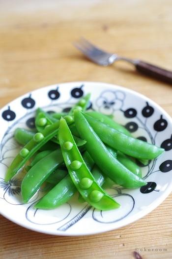 おひたしなので、スナップエンドウの食感がそのまま楽しめる一品。ゆでた後にしっかりと扇いで冷ますことで、キレイな緑色をキープしやすくなりますよ。