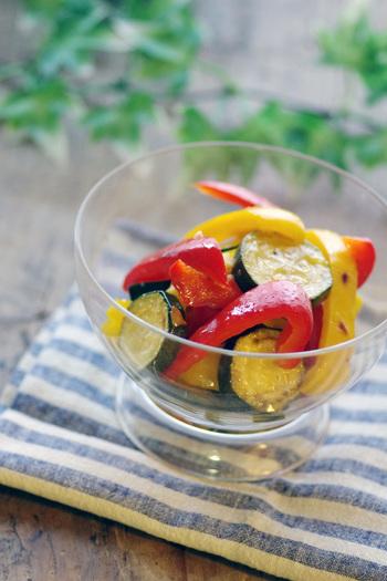 ズッキーニのほかに、彩り鮮やかなパプリカを合わせた見た目にも美味しいレシピ。マリネの爽やかな味わいは、夏のお弁当にもピッタリです。