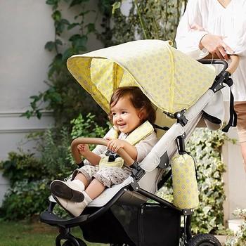 レモンイエローの柄が上品なデザインのベビーカー。お散歩が楽しくなりそうです。