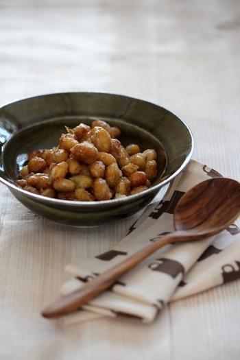 甘じょっぱくて、カリッとした歯ごたえがクセになる揚げ大豆。多めに作っておかないとあっという間になくなってしまうかもしれませんよ。