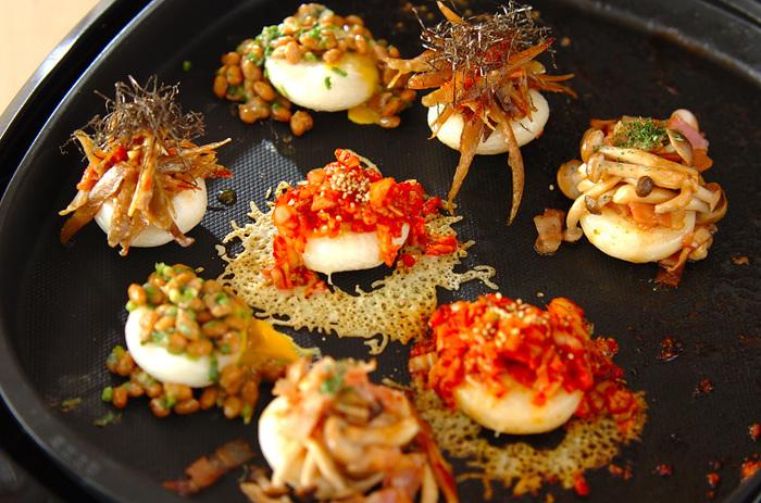 餅もホットプレートなら一気に焼ける! 定番のしょうゆ餅だけでなく、納豆にキムチにいろんな具材で試してみてください。