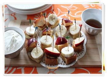 フルーツをトッピングした一口サイズのフレンチトーストを、ホイップやメープルシロップにつけながらいただく、キュートな一品。子どもたちが大勢来た時に作れば盛り上がりますよ。